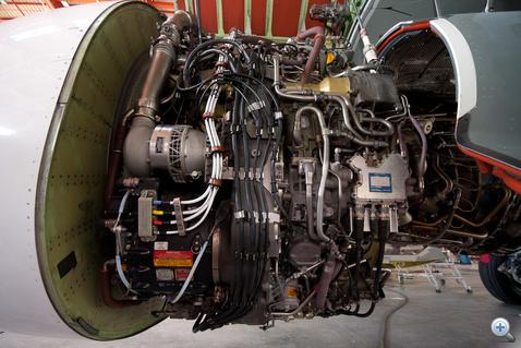 A hajtómű segédberendezései: balra a levegős starter, a generátor és a hidraulika szivattyú. Jobbra a befecskendezés hidro-mechanikus egysége, alatta a kenőolajszivattyú.