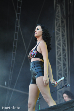És Katy Perrynek sem a legelőnyösebb oldalát hozza ki a kétrészes verzió