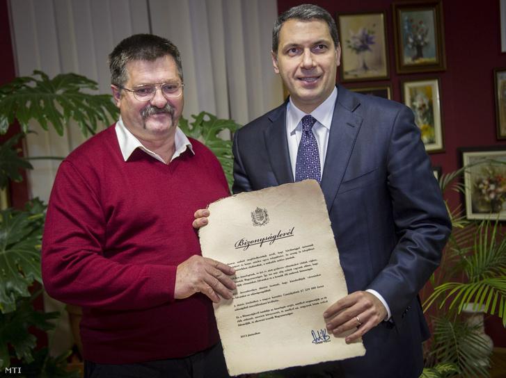 Lázár János, a Miniszterelnökséget vezető államtitkár, a térség országgyűlési képviselője (j) átadja Kovács Sándornak, a Csongrád megyei Csanádpalota független polgármesternek az Orbán Viktor miniszterelnök által aláírt bizonyságlevelet a városházán 2013. november 14-én. A bizonyságlevél azt tanúsítja, hogy a kormány átvállalta a település adósságát, amely 67.5 millió forint volt.