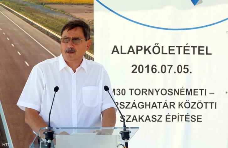 Hörcsik Richárd, a térség fideszes országgyűlési képviselője az M30-as autópálya Tornyosnémeti-országhatár közötti szakasza alapkövének elhelyezése alkalmából tartott ünnepségen Tornyosnémeti határában 2016. július 5-én.