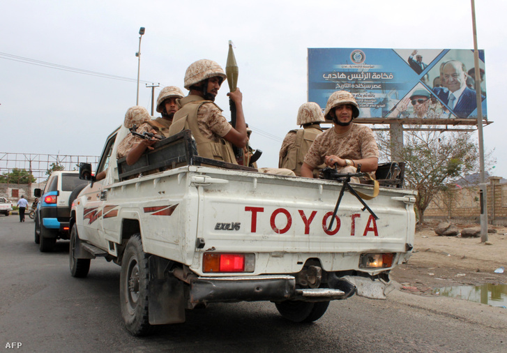 A szeparatista Déli Mozgalom katonái járőröznek a dél-jemeni kikötővárosban, Adenben, a kormányerők és a húszi felkelők között kitört összecsapások után 2018. január 28-án.