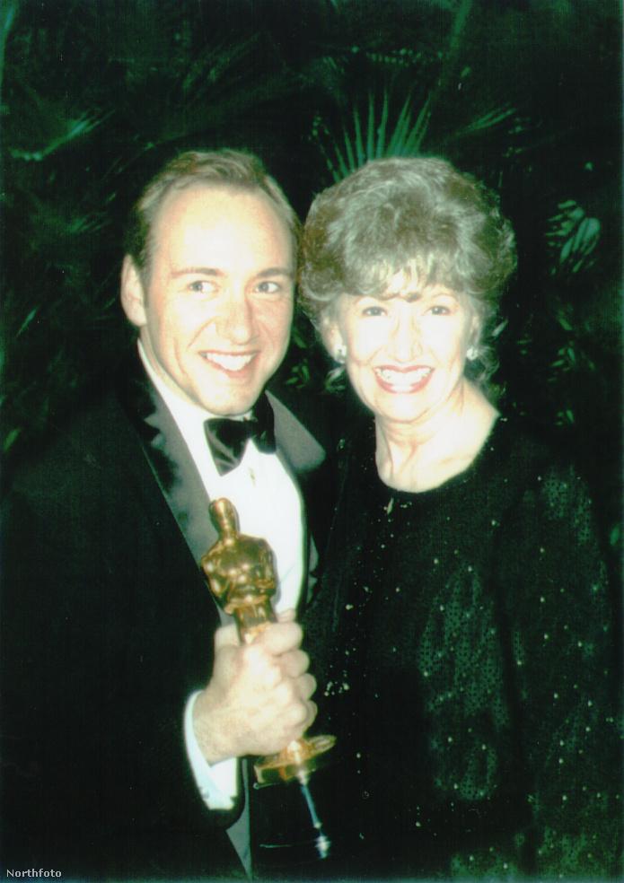 Kevin Spacey az anyjával és az Oscar-díjával.