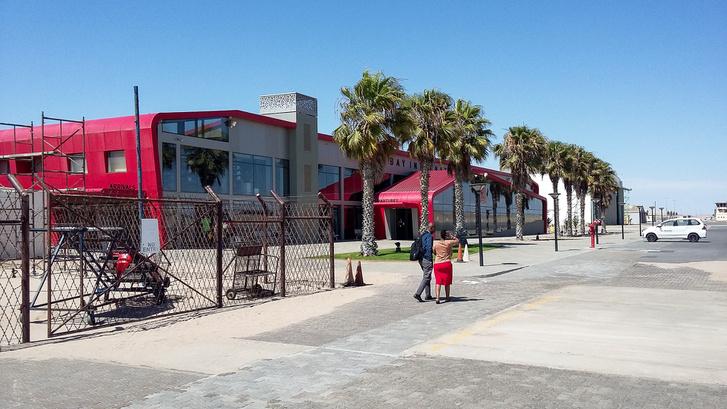 Ropogósan friss Walvis Bay-i reptér. Kínai építés, kínai tulajdon