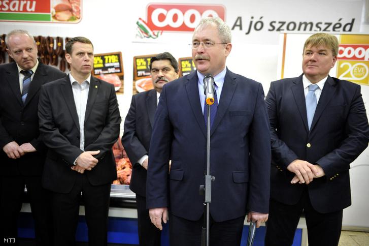 Fazekas Sándor földművelésügyi miniszter a sertés tőkehús áfájának csökkentése utáni árváltozásokról tartott sajtótájékoztatón beszél egy vecsési Coop-áruházban 2016. január 12-én.