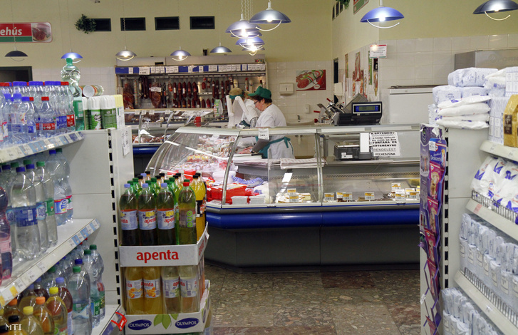 Béres Tiborné eladó dolgozik a csemegepultban az Uni Coop élelmiszerlánc szerencsi üzletében 2015. március 22-én.