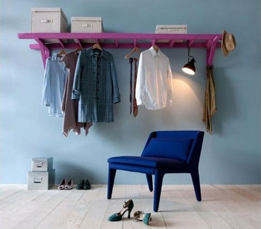 A ruha tárolására is alkalmas egy kisebb méretű létra befestve, majd ügyesen a falra rögzítve.
