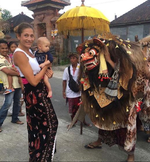 Ez a kép Indonéziában készült, és igazán aranyos, ahogy Kristóf férfiúi higgadtsággal nézi a félelmetes álarcot.
