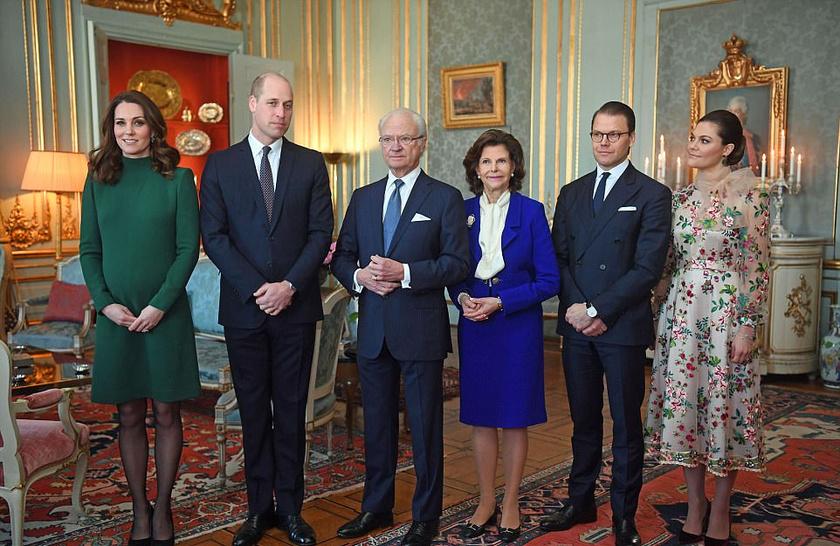 A svéd királyi család mellett pózolnak: a képen Katalin, Vilmos, Viktória és Daniel mellett helyet kapott Károly Gusztáv király és Szilvia királyné is.