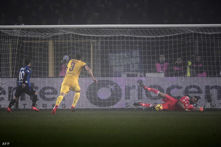 Dario Gomez rúgását védi Buffon