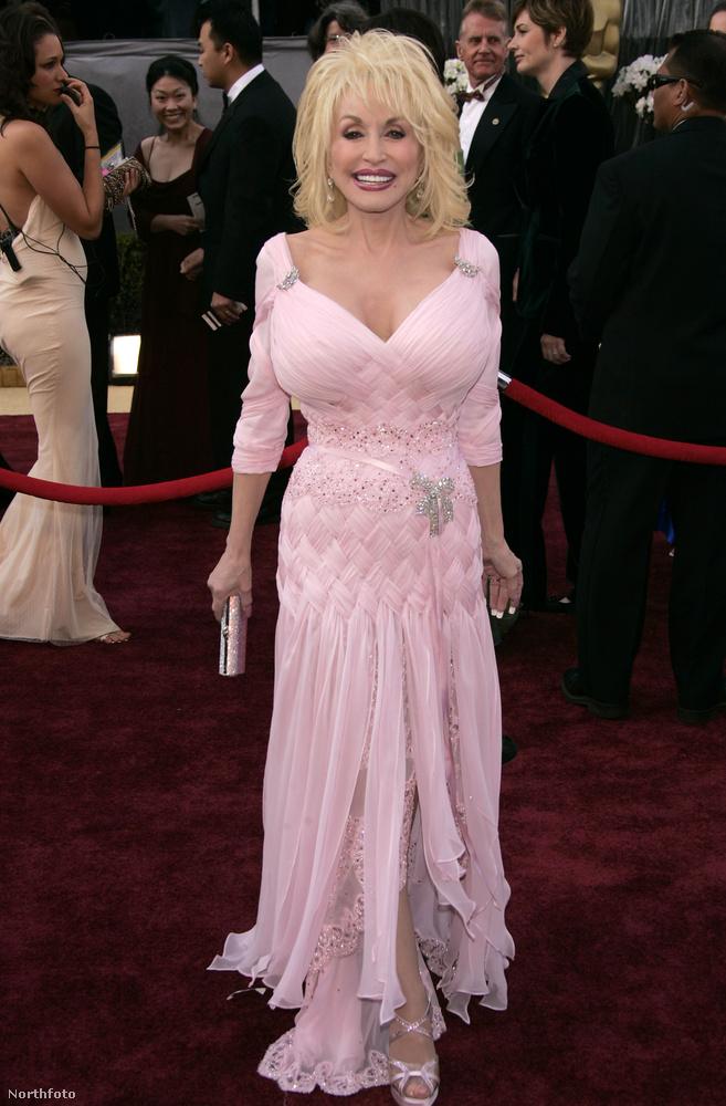 Dolly Parton egyrészt arról híres, hogy rengeteg száma gigasláger lett, elsősorban persze az I Will Always Love You, amit Whitney Houston feldolgozásában ismert meg jobban a világ