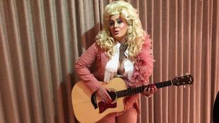 Adele agyonplasztikázott, lufimellű countrysztárnak öltözött