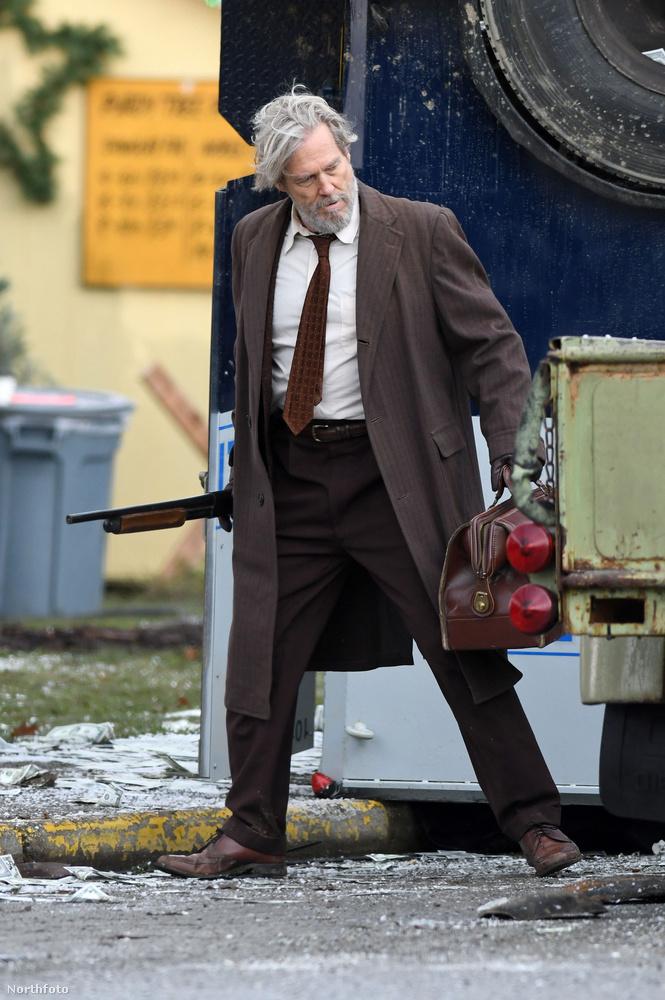 Azt szeretnénk mondani, hogy a 68 éves színésznek irigylésre méltó mennyiségű haja van, valamint azt, hogy a testének további részeit a Kockahas blog korábbi posztjában lehet részletesebben megnézni.