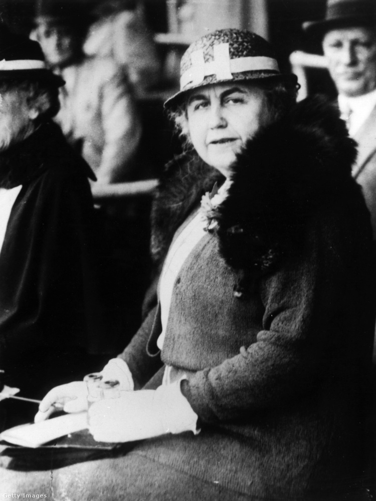 Miután Woodraw Wilson elnöksége hatodik évében, 1919-ben agyvérzést kapott, felesége, Edith vette át az irányítást, finoman, a háttérből
