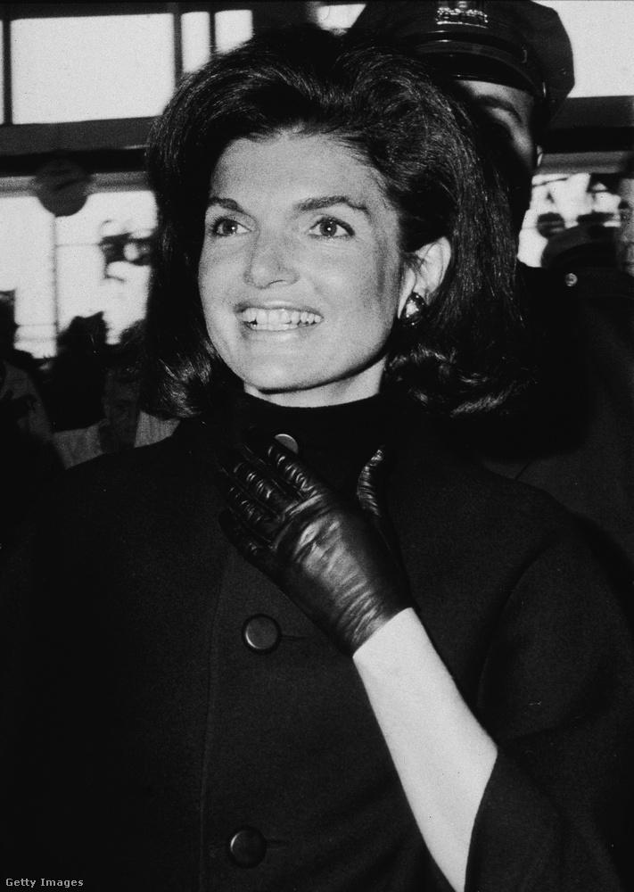 Aki látta a Jackie című filmet, az már tudhatja, hogy a világ egyik legstílusosabb és legtöbbet csodált nője kemény dohányos volt