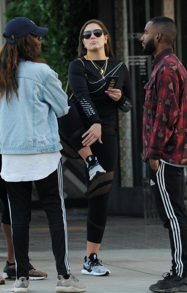 Úgy fest, ő tényleg tornázik (vagy legalábbis lábat emelget) a praktikus, fekete öltözetben