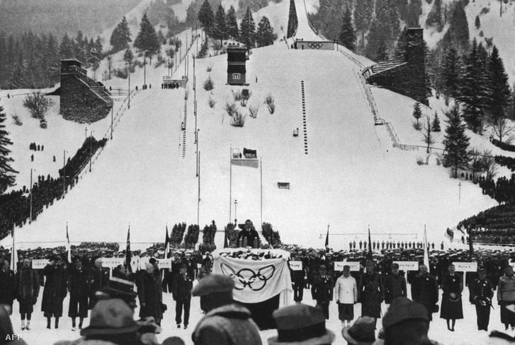 28 ország sportlói hallgatják Karl Ritter von Halt, a Garmisch-Parterkircheni Olimpia szervezőbizottságának és a Harmadik Birodalom Sporthivatalának elnökének beszédét a megnyitóünnepségen 1936-ban