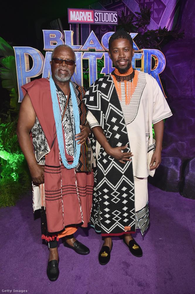 John Kani és fia Arandwa Kani is komolyan vették a dress code-ot.