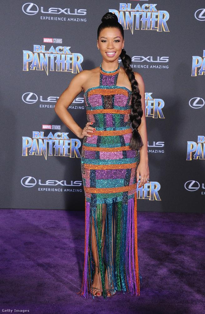 Angel Parker színes, rojtokban végződő szűk ruháját a Jovani Fashion készítette.