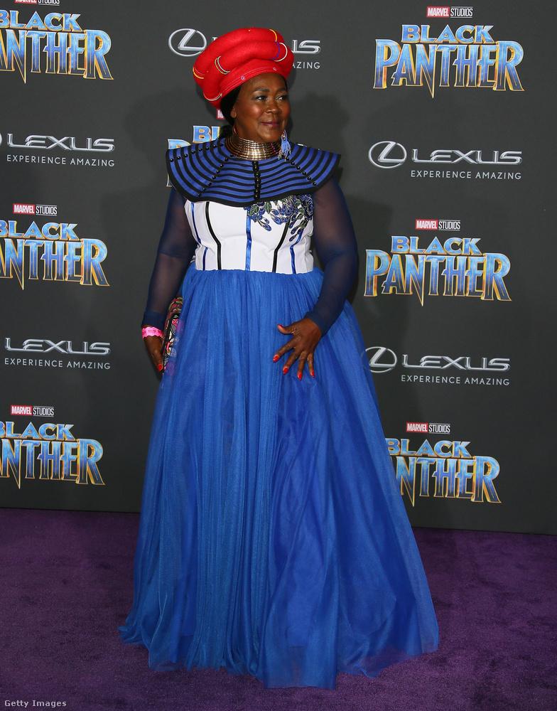 A Dél-afrikai Köztársaságban született színésznő, Connie Chiume piros fejdíszt és a johannesburgi Antherline Couture kék estélyi ruháját viselte a bemutatón.