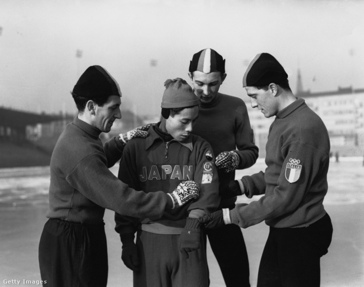 The Olympic Italian speed skating team take a keen interest in the Guido Caroli, Guido Citterio, Enrico Musolino az olasz gyorskorcsolya csapat tagjai és Kiyotaka Takabayashi japán versenyző Oslóban 1952-ben