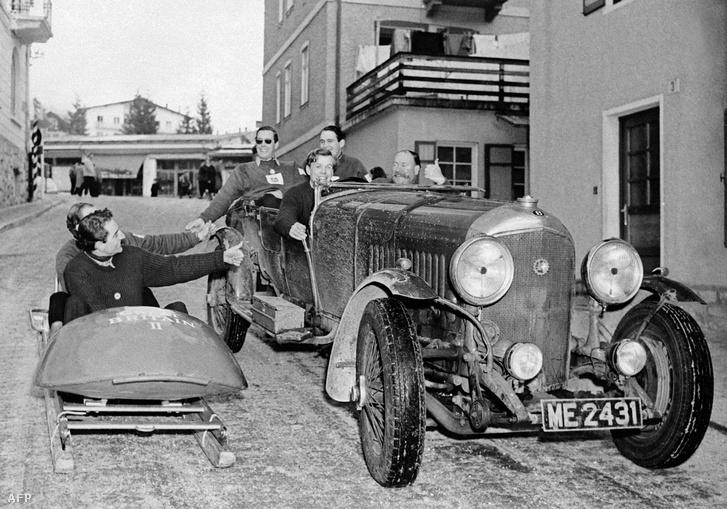 A brit bobcsapat tagjai üdvözlik egy érkező Bentley utasait akik a téli olimpia megnyitójára érkeznek Cortina d'Ampezzóba 1956-ban