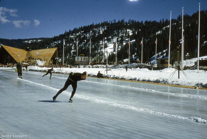 Gyorskorcsolyázók gyakorolnak a téli olimpián 1960-ban