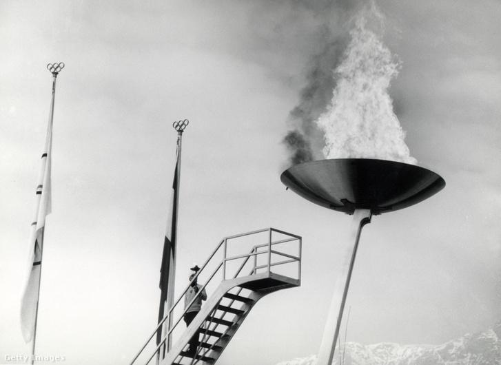Az olimpia láng Innsbruckban, a téli olimpia megnyitóján, 1964-ben