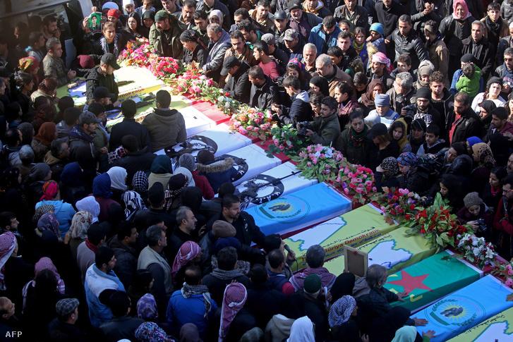 Szíriai kurdok temetik a harcokban elesett halottjaikat Afrinban 2018 január 29-én
