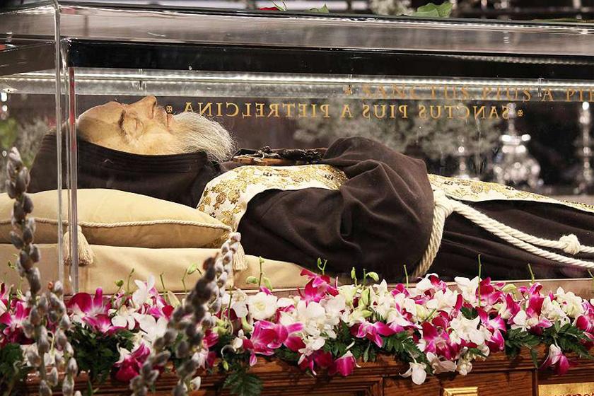 Pio atya romlatlan földi maradványai üvegkoporsójában.