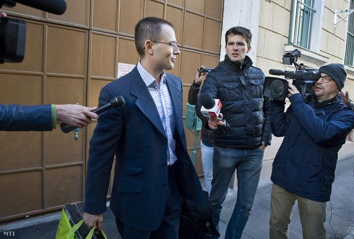 A hatéves börtönbüntetése után szabaduló Zuschlag János (középen) távozik újságírók gyűrűjében a Bács-Kiskun Megyei Büntetés-végrehajtási Intézet épületéből Kecskeméten 2013. szeptember 18-án.