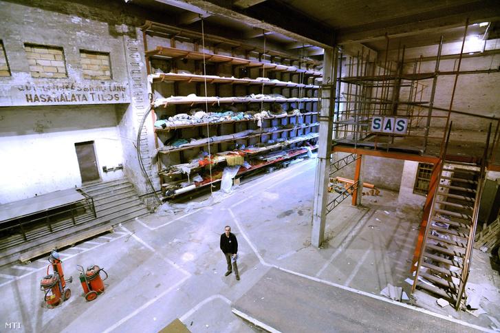 Az Erkel Színház kiürített díszletraktára 2012-ben