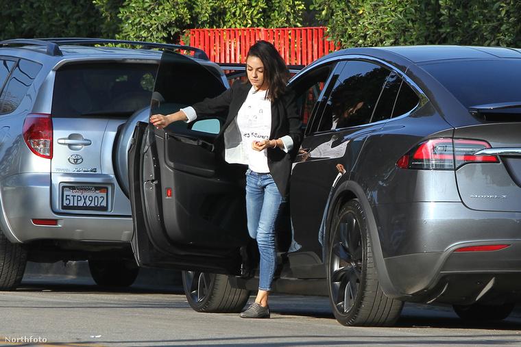 Most éppen Mila Kunist, akit január 31-én fotózott le egy szemfüles paparazzo, amint az autójából száll ki tehetségesen, ahogy szokott, fáradt kamaszlány módjára