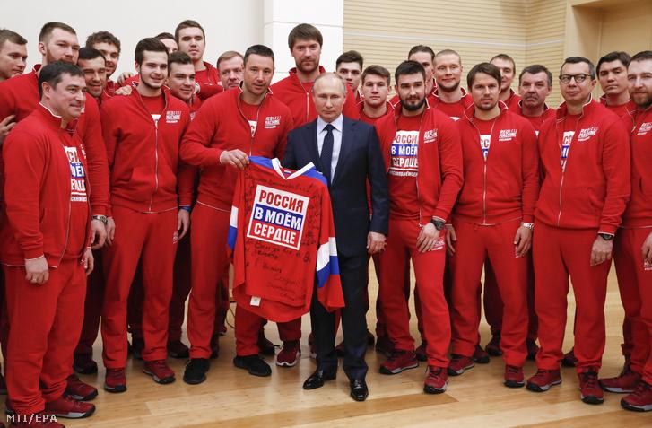 Vlagyimir Putyin orosz elnök fogadja a 2018-as phjongcshangi téli olimpián részt vevő orosz sportolókat vidéki rezidenciáján, a Moszkva melletti Novo-Ogarjovóban