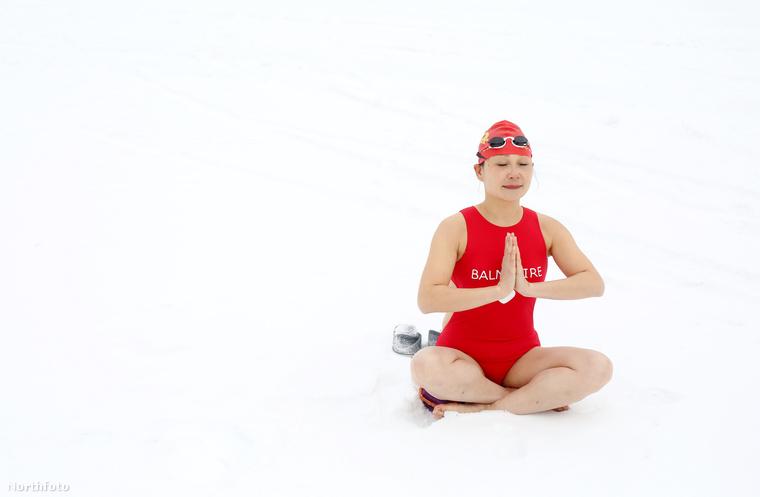 Ez a lány ugyanis fogta magát és nekiállt a hóban jógázni.