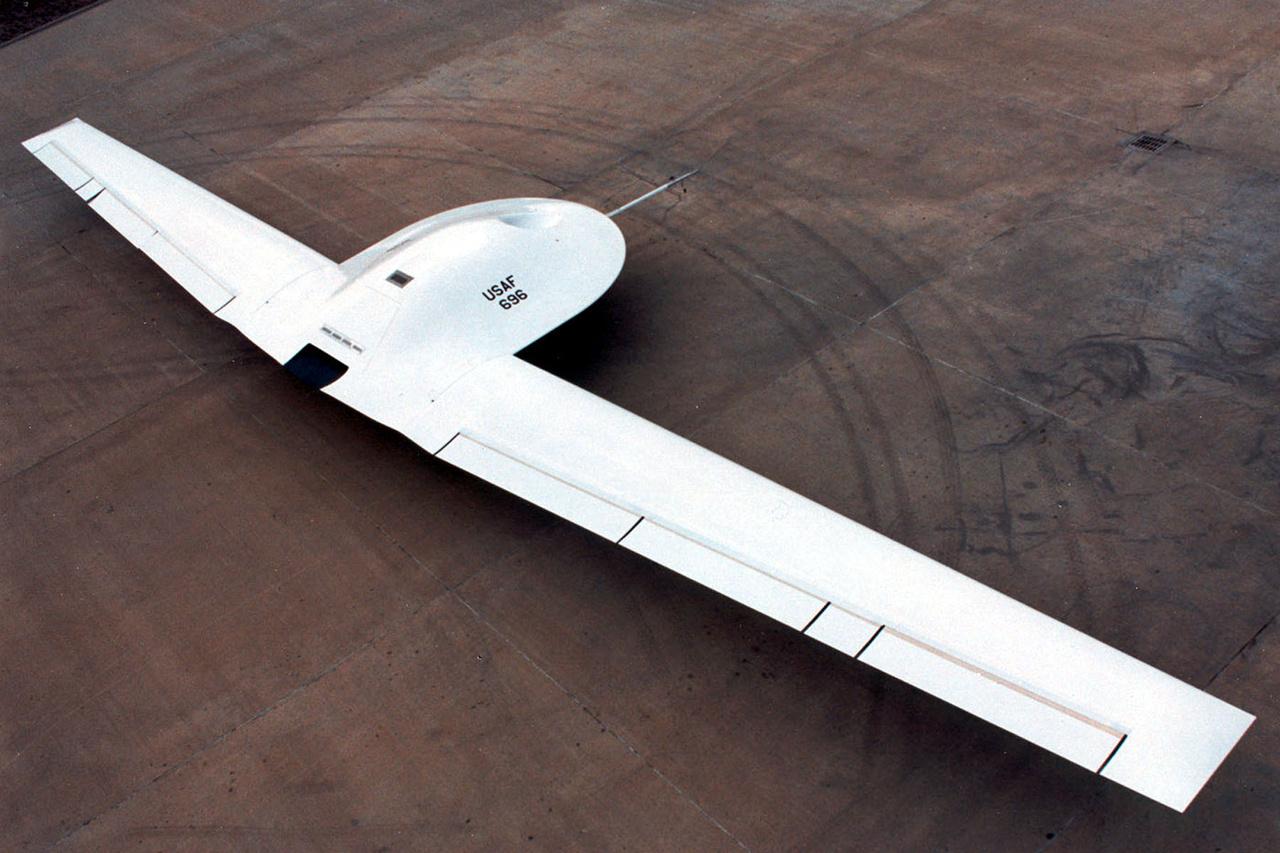 A Tier III Minus DarkStar (később: Lockheed Martin RQ-3 DarkStar) is egy a legbizzarrabb kinézetű lopakodók sorában. 1996-ban repült először, és elsősorban nagy magasságokban végrehajtott feladatokra szánták. Mivel nem volt valami stabil, teljesítménye elmaradt a várttól és a költségek is megszaladtak, 1999-ben a védelmi minisztérium törölte a fejlesztési programot.