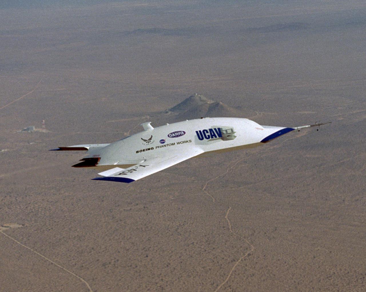 A Boeing X-45 kísérleti pilóta nélküli lopakodó bombázó 2002-ben száll föl először. A képen is látható X-45A típusból kettő épült, amiket további változatok követtek, a program végül az X-47 megalkotásához vezetett.