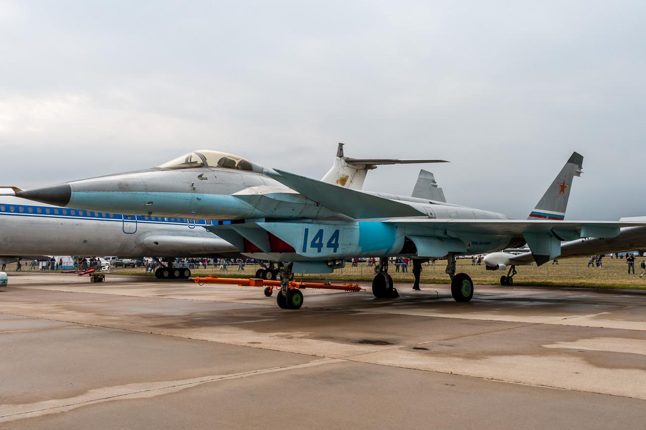 A 80-as évek végén kezdték fejleszteni, majd 2000-ben repült először és utoljára a Mikoyan Project 1.44/1.42, egy ötödik generációs szovjet-orosz lopakodó vadászgép kezdeti prototípusa, amit az F-22 Raptor vetélytársául szánt volna a szovjet-orosz légierő vezetősége. A gép fejlesztése során nem sikerült átlépni a beható tesztfázisba sem, a programot végül törölték is.