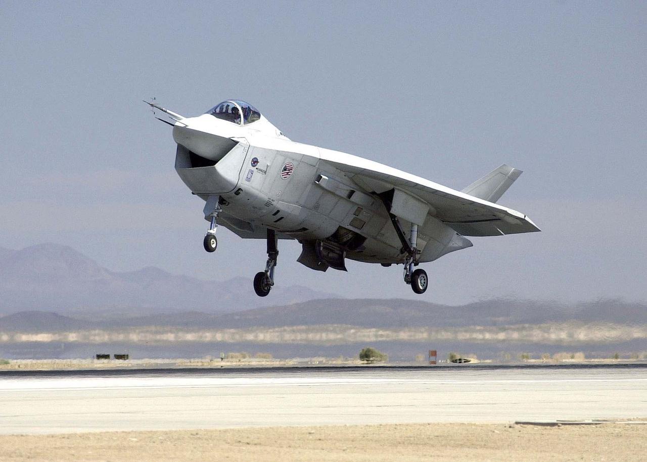 2000-ben repült először a Boeing X-32, ami egy technológia demonstrátor volt, és mint ilyen, a Lockheed Martin X-35 vetélytársa az F-22 Raptorok mellé kifejlesztendő, új, ötödik generációs lopakodó harci gép gyártásáért folyó harcban. (Amit végül a Lockheed nyert.)