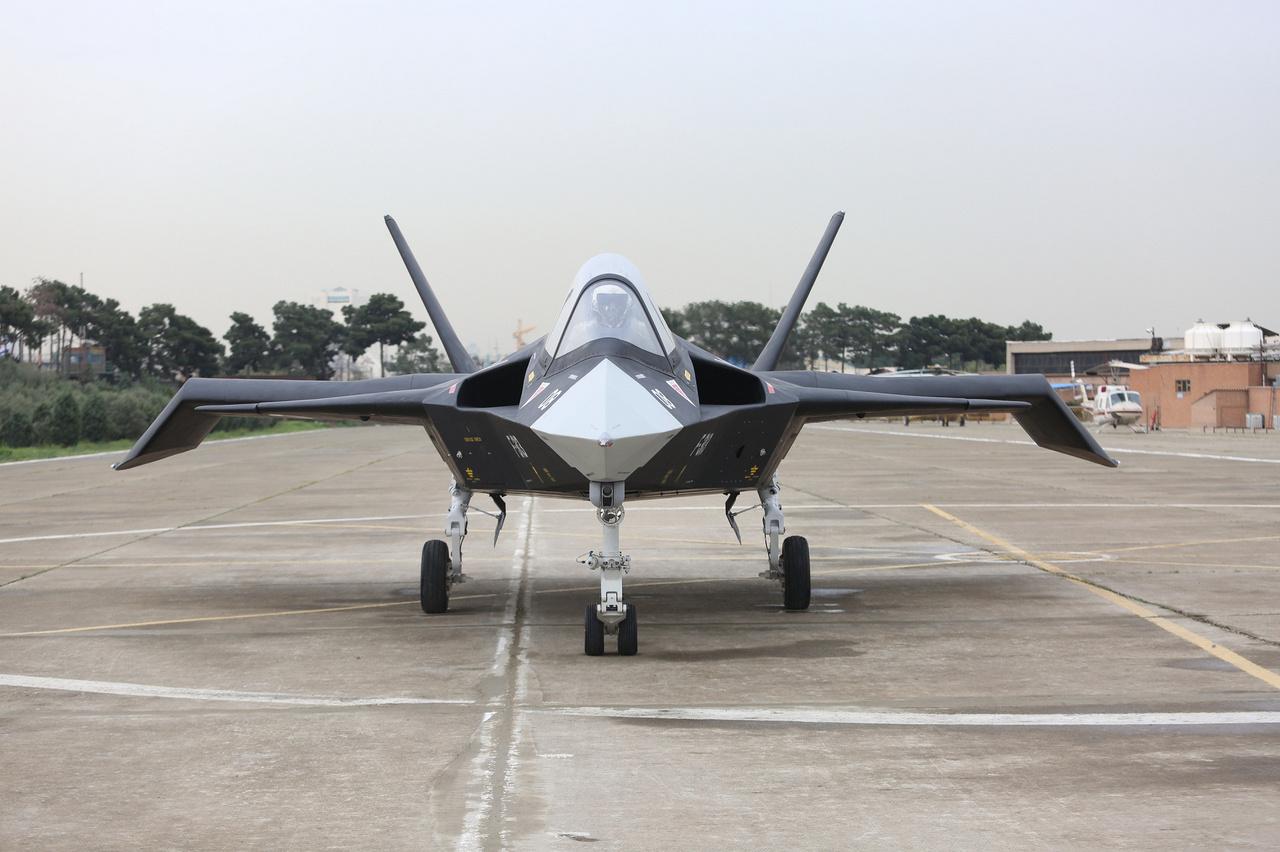Ez itt az iráni IAIO Qaher-313 lopakodó vadászgép, amit 2013-ban mutatott be az ország akkori elnöke, Mahmud Ahmedinedzsád. A repülőgép fejlesztéséről nem sokat tudni, az öt évvel ezelőtti bemutatón nem repült, csak földön gurult. Repülésügyi szakértők igazából kételkednek abban, hogy valaha rendszerbe fog állni.
