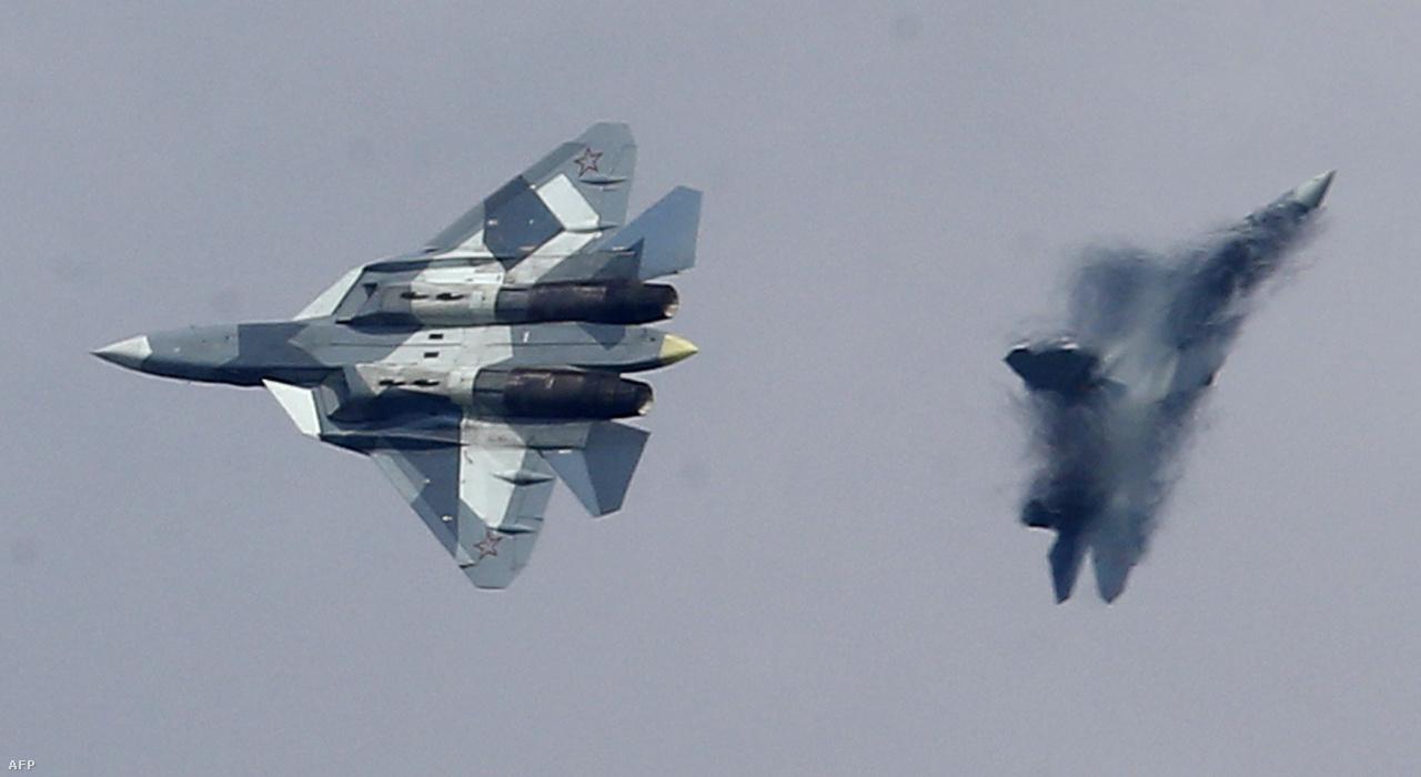 A PAK-FA program keretén belül az oroszok is gőzerővel dolgoznak a saját ötödik generációs lopakodó vadászbombázójukon, ami a Szuhoj Szu-57 lesz majd. Az egyelőre csak T-50 kódnéven emlegetett tíz röpképes prototípus közül az első 2010-ben repült. A végső tesztfázisban lévő Szu-57 a tervek szerint 2018-ban áll szolgálatba a légierőnél és a haditengerészetnél.
