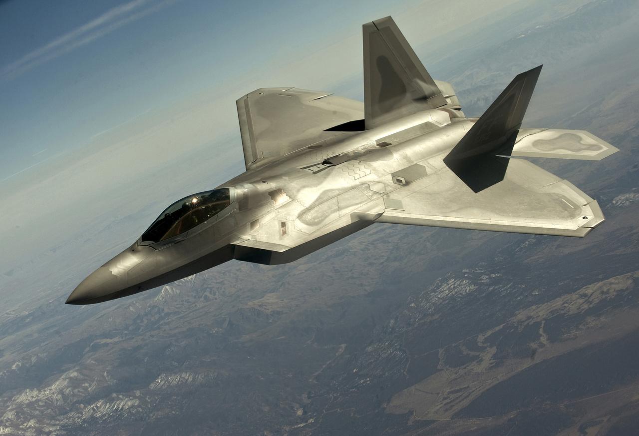 1997-ben repült először a Lockheed Martin F-22 Raptor, lopakodó vadászbombázó, a világ első ötödik generációs harci gépe. 2005 óta áll hadrendben, csaknem kétszáz épült belőle, jelenleg az amerikai légierő támadóerejének legfontosabb típusa.
