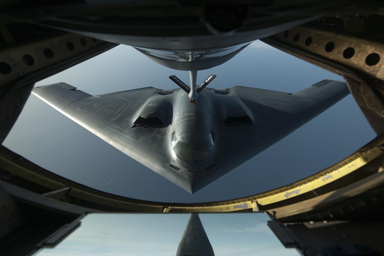 1989-ben repült először és 1997-ben állt hadrendbe a Northrop Grumman B-2 Spirit nukleáris fegyverek bevetésére is alkalmas stratégiai bombázó. Ha lopakodó repülőgépről van szó, az F-117 Nighthawk mellett ez a típus jut elsősorban az emberek eszébe. A valaha épült egyik legfejlettebb lopakodó repülőgép gyártása 2000-ig tartott, összesen 21 darab épült belőle, máig szolgálatban van, az Egyesült Államok nukleáris elrettentő erejének egyik pillére.