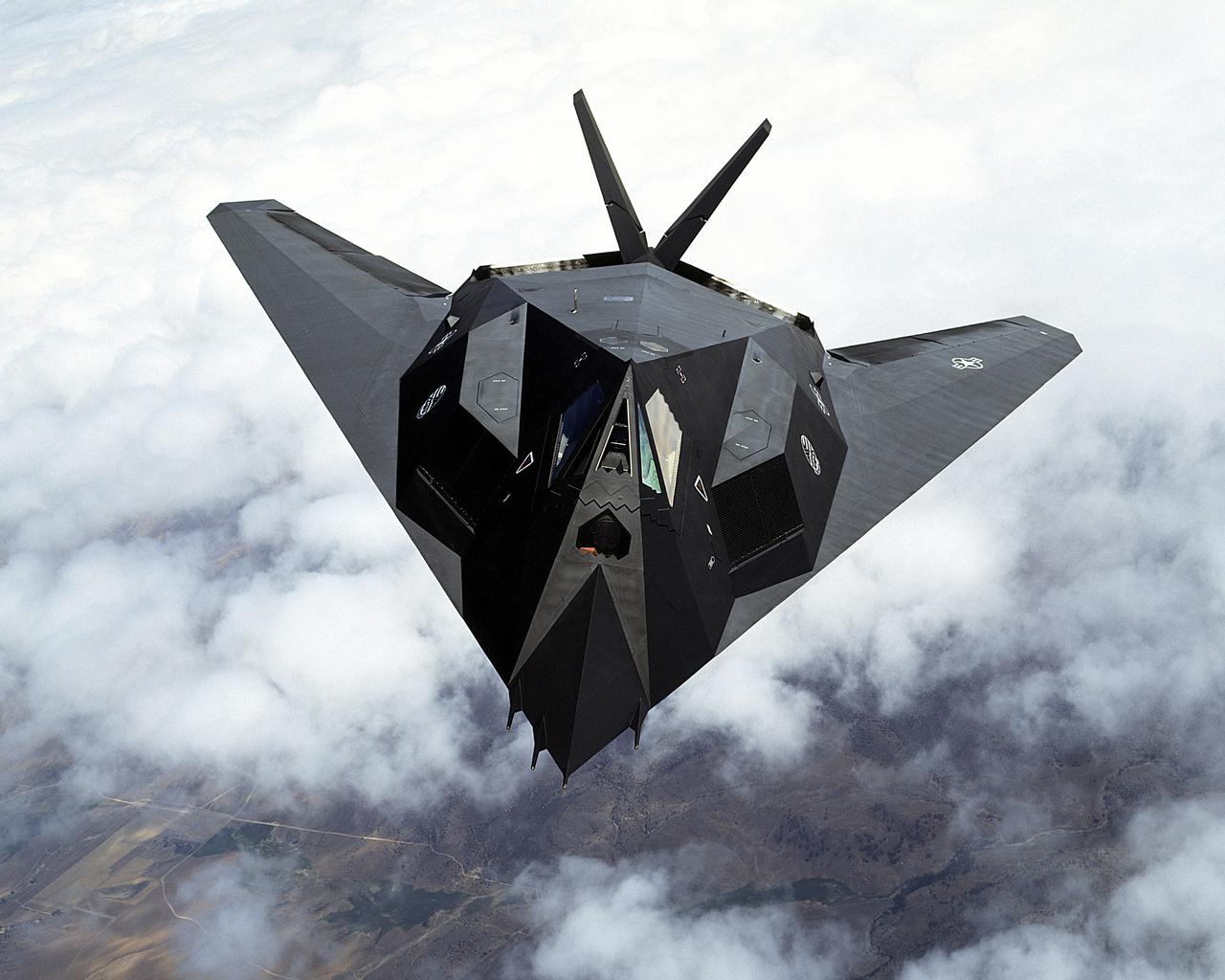 1981-ben repült először a Lockheed F-117A Nighthawk, ami a világ első kifejezetten lopakodó céllal kifejlesztett harci gépe volt. A típus történetének főbb állomásait ebben a nagyképes cikkünkben vettük sorra.