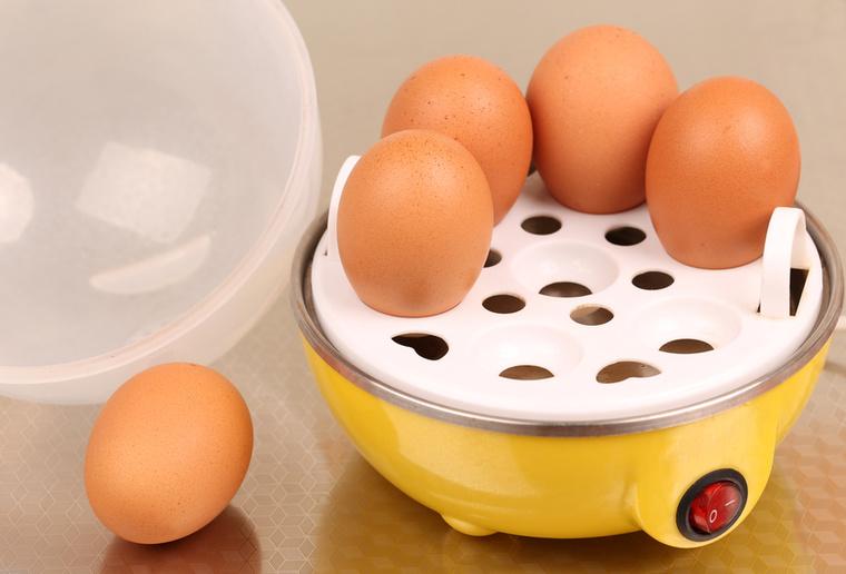 Mi bonyolult van a tojásfőzésben? Elvileg semmi, mégis sokan esküdnek erre a tojásfőző szerkezetre, amiben buggyantott tojást és omlettet is lehet készíteni