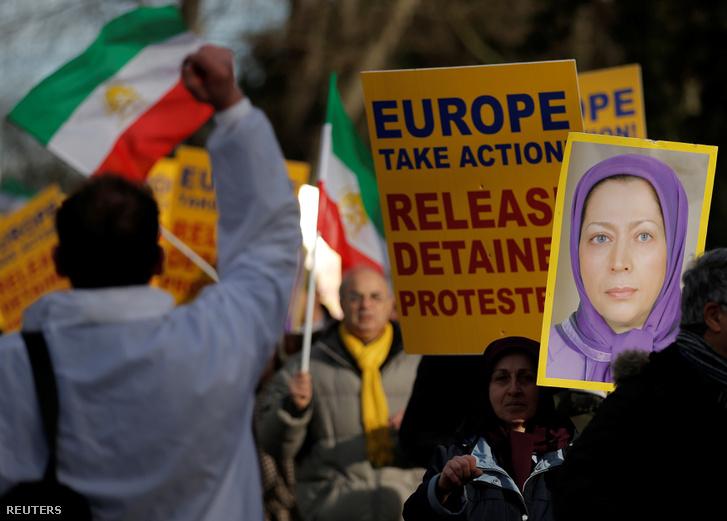 Tüntetők Strasbourgban az Európa Tanács épülete előtt