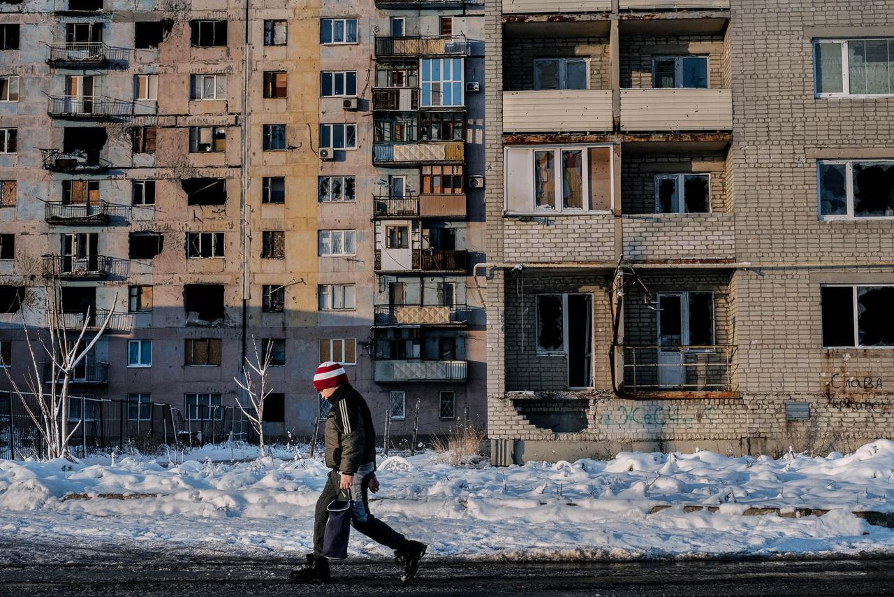 Az ország egykor leggazdagabb és legfejlettebb infrastruktúrával rendelkező városában azonban most szegénységben, többnyire ukrán-, orosz- és ENSZ-támogatásokból élnek az emberek. Dolgozni persze lehet, de a fizetés aránytalanul alacsony az aránytalanul magas árakhoz képest.