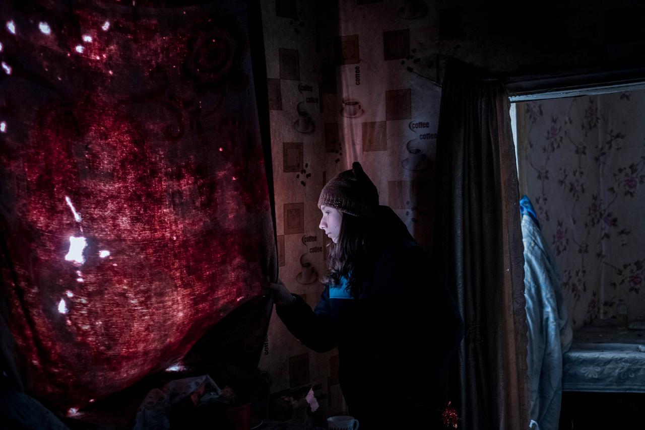 A 13 éves Ánya kinéz a régi otthonának ablakán. A házat kétszer bombázták szét: először csak a tető pusztult el, de azt később megjavították. Másodjára viszont teljesen lakhatatlanná vált a ház, a lány nagymamáját pedig a zárótűzben megölték.