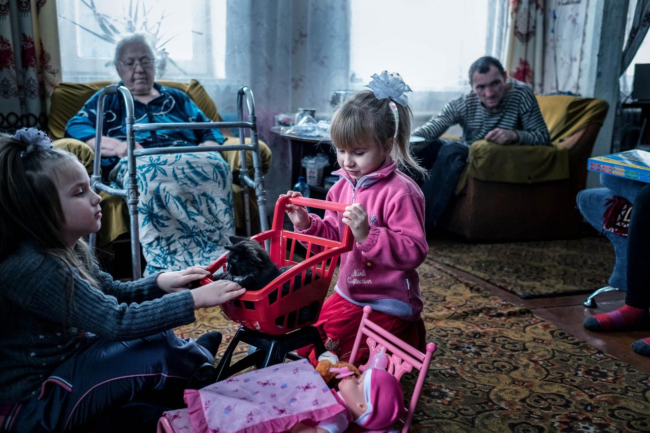 A 6 éves Tánya a születésnapját ünnepli. Ő és a szülei a rokonoknál laknak Avgyijivka városában, miután a házukat szétbombázták.