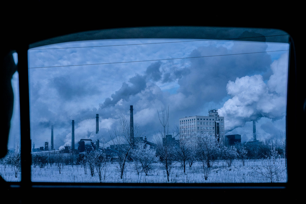 Donyeck a szénbányászatnak és a nehéziparnak köszönhetően egykor Ukrajna leggazdagabb városa volt. A viszonylag demokratikus régiókat azonban egy orosz támogatással létrehozott erőszakállam váltotta fel, ahol az oroszbarát szakadárok lettek élet és halál urai.
