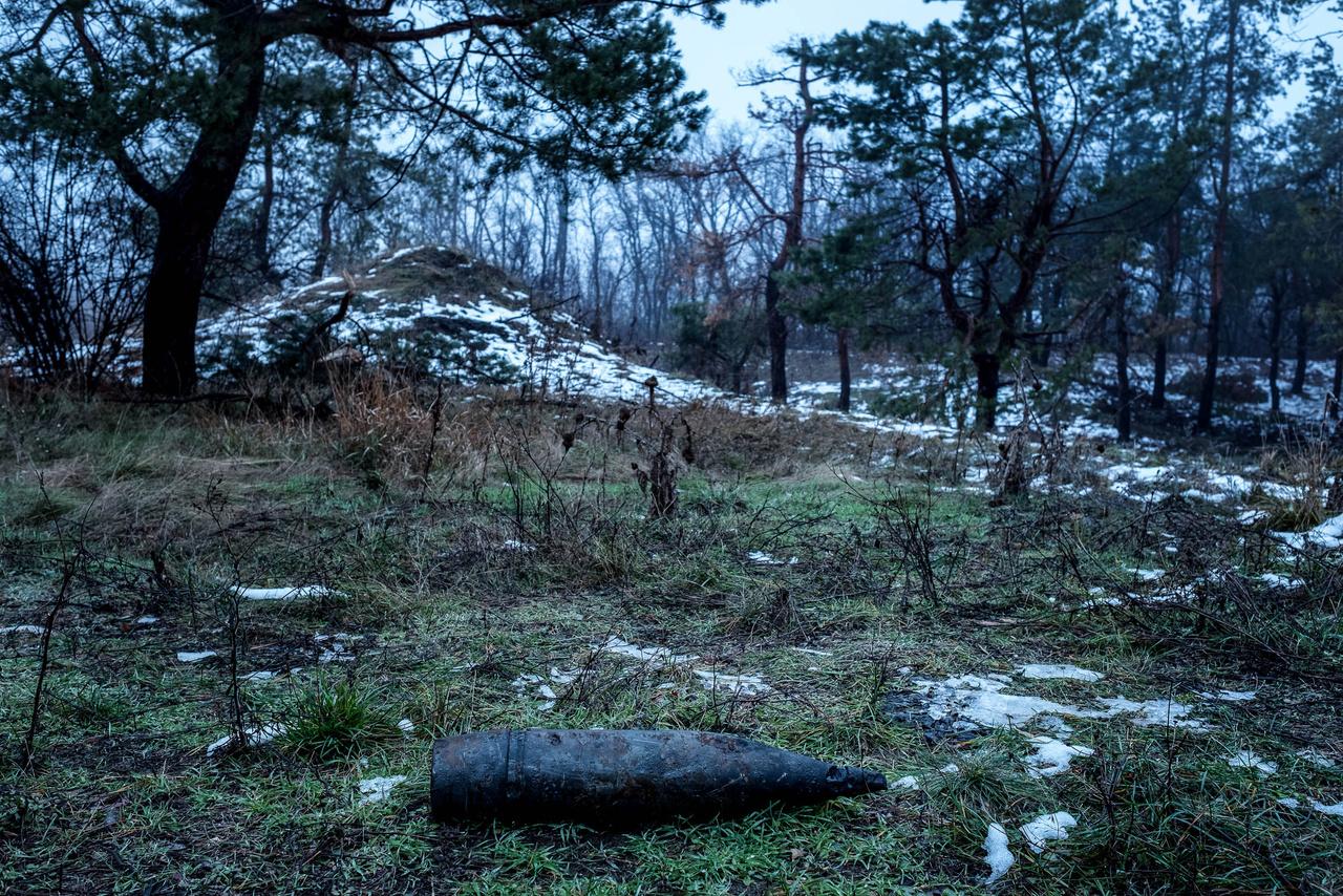 Egy fel nem robbant tüzérségi akna az erdőben.